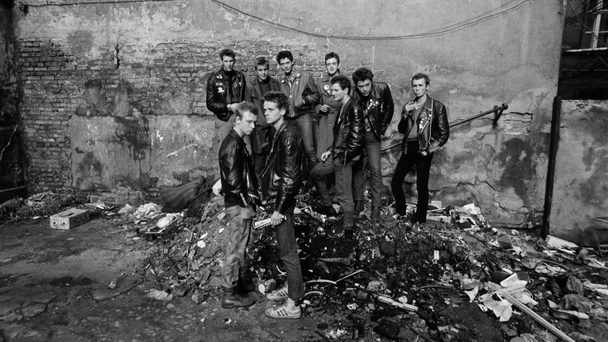 Series: Am Rande der Republik | Photographer: Harald Hauswald | First Punks in East Berlin, Kastanienallee backyard, Berlin Prenzl. Berg, GDR 1982 | © Harald Hauswald/OSTKREUZ