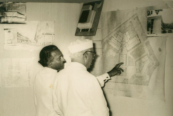 Architect Habib Rahman explains the details of the plans of Rabindra Bhavan and the Lalit Kala Akademi buildings to Prime Minister Jawaharlal Nehru on May 7th 1961, New Delhi, India. | © Ram Rahman/Sukanya Rahman