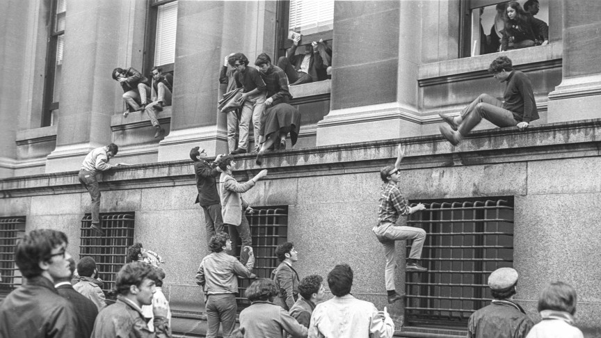 Protesting students climbing into Low Library, Columbia University, April 1968 | © Richard Howard