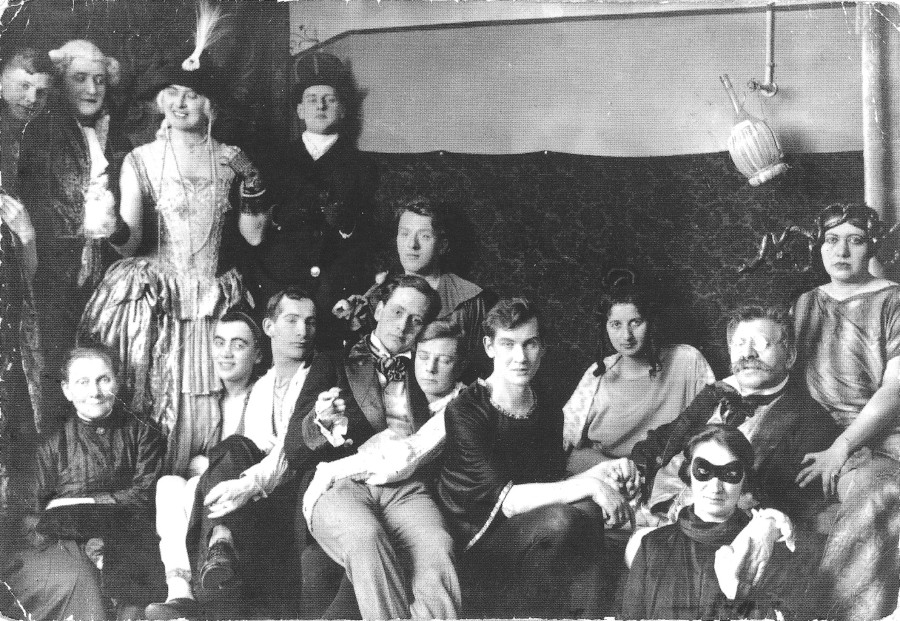 Costume party at the Institut für Sexualwissenschaft with Magnus Hirschfeld (second from right) | © Archiv of Magnus-Hirschfeld-Gesellschaft