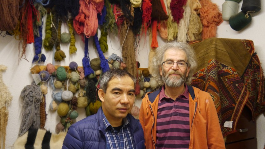 Haydari Dawood (left) at the carpet cleaning and restauration company Galerie Shiras | © Marily Stroux